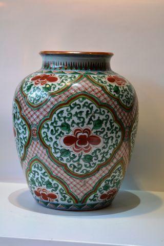 Vase en porcelaine. Décor aux émaux de la...