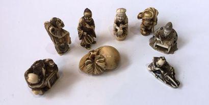 Huit netsukes en ivoire, représentant divers...