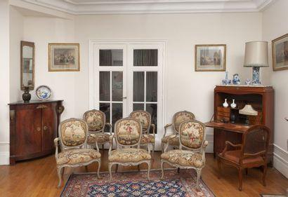 Six fauteuils en hêtre mouluré et sculpté....