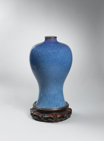 Vase de forme meiping, en porcelaine et émail...