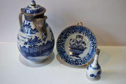 Lot de porcelaines blanches à décor bleu...