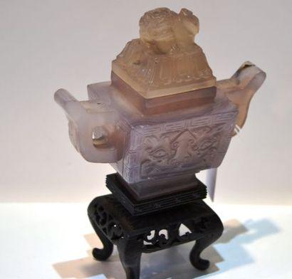 Chine vers 1920. Vase archaïsant quadrangulaire...
