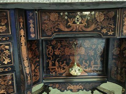 Bureau Mazarin présentant un important décor...