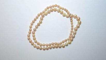 Collier de perles de culture en chute.