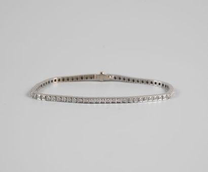 Bracelet ligne en or gris 750°/°°serti de...