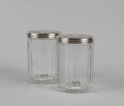 Deux pots couverts en verre taillé et couvercle...