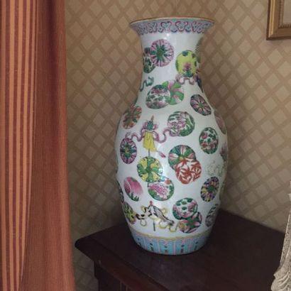 Chine. Vase en porcelaine à décor de boutons...
