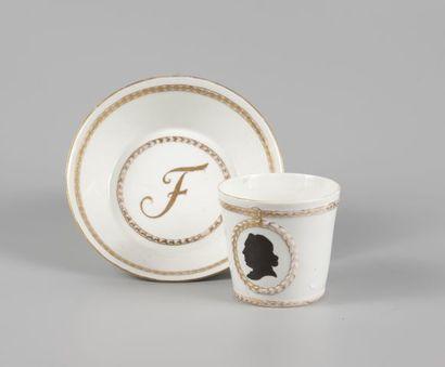 Tasse et sa soucoupe en porcelaine à décor...