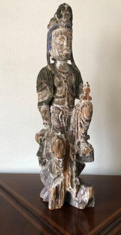 Statuette Guanyn assise en bois polychrome....