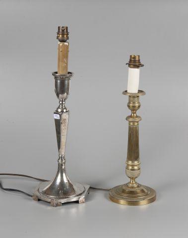 Pied de lampe en métal argenté à base octognonale....