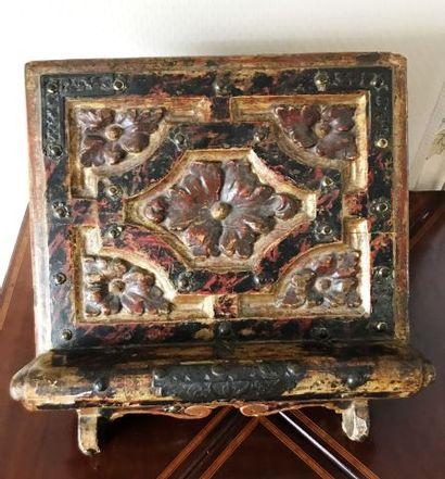 Lutrin de table en bois et stuc polychrome...