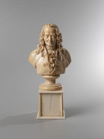 Buste en ivoire représentant Voltaire reposant...