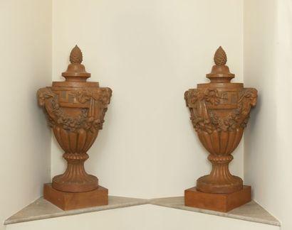 Paire de grands vases couverts de forme ovoïde...