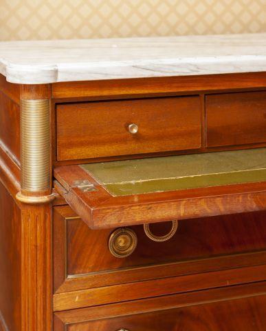 Commode- bureau en acajou ouvrant à trois tiroirs dont l'un formant bureau, montants...