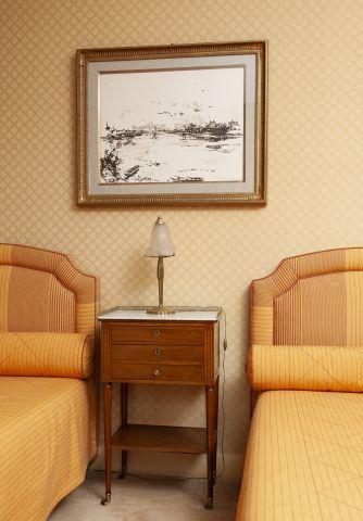 Table à en cas en acajou ouvrant à trois tiroirs, le premier formant écritoire....