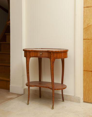 Table rognon en bois placage marqueté en feuilles. XVIIIe.  H. 69 L. 62 P. 32...