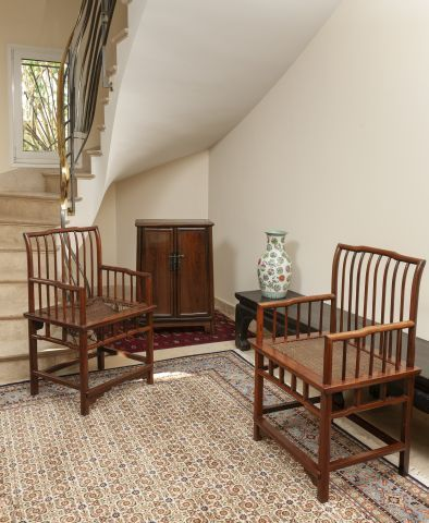 Petite armoire en bois exotique ouvrant à deux portes. Chine. H. 85 L. 57 P. 31...