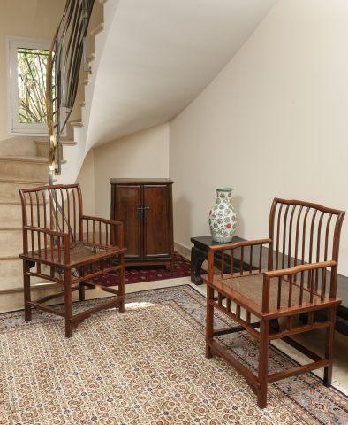 Deux fauteuils en bois exotique, assise tressée...