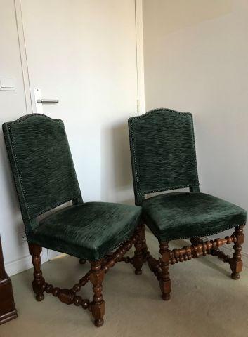 Deux chaises à haut dossier, piètement tourné...