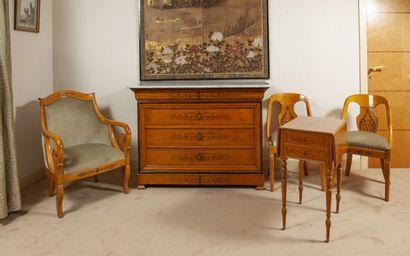 Commode à doucine en bois de placage ouvrant à quatre tiroirs. Dessus de marbre...