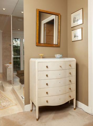 Commode en bois laqué crème ouvrant à cinq tiroirs,  dessus de marbre.  Travail...