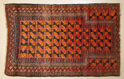 Tapis en laine à fond orange. 146 x 90 cm
