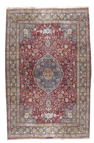 Grand tapis à décor géométrique rouge et bleu. 410 x 292 cm