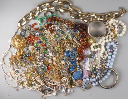 Lot de bijoux fantaisie.