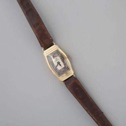 Bracelet montre de dame Omega en or ciselé...