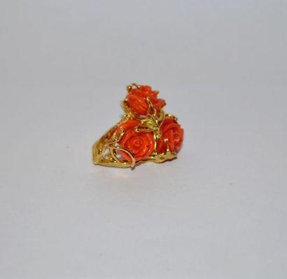 Bague en or 750 °/°° à motif de trois roses...