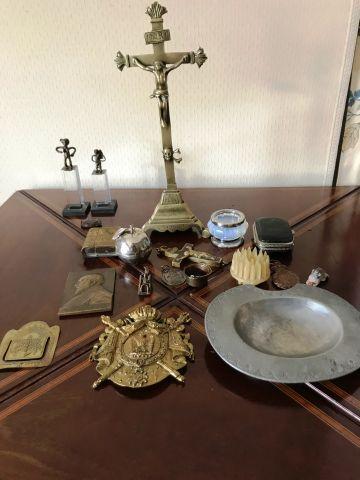 Fort lot comprenant : un crucifix en bronze,...