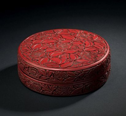 CHINE - Début XVe siècle Round box in red lacquer carved on the lid of five camellia...