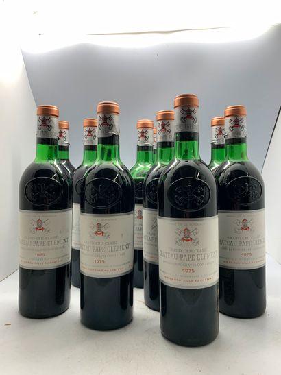 12 bouteilles de Château PAPE-CLEMENT 1975...