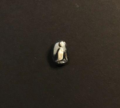 Camée à deux couches gravé d'un Eros juvénile appuyé sur une torche renversée. Agate...