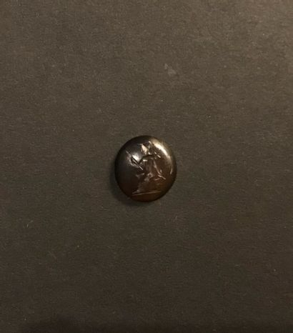 Intaille ronde et convexe gravée d'un dieu Mars assis. Cornaline brun-rouge. Art...