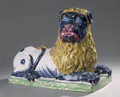 LUNEVILLE Lion couché sur une terrasse rectangulaire émaillé polychrome. Fin du XVIIIe...