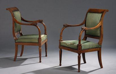 Paire de fauteuils en acajou, les raccordements d'accotoirs sculpté d'un lion. Époque...