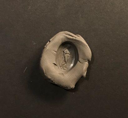 Intaille ovale et plate gravée d'une Omphale portant la léonté d'Hercule. Cornaline...