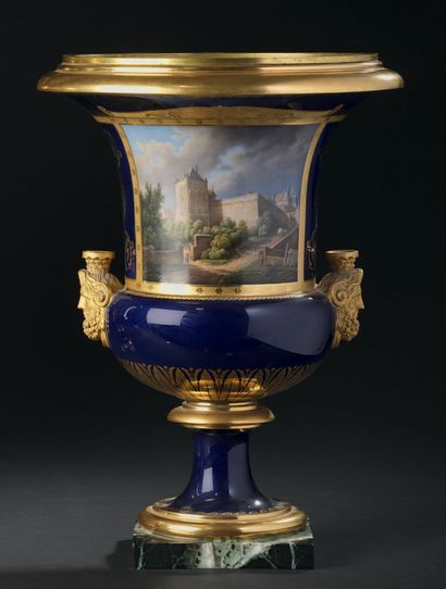SÈVRES Paire de vases Médicis en porcelaine de la troisième grandeur, munis de prises...