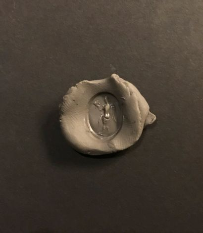Intaille ovale et plate gravée d'une Victoire ailée. Grenat. Art romain, Ier siècle....