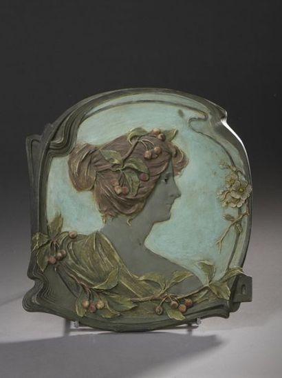 JM  Portrait de jeune fille  Épreuve en plâtre...