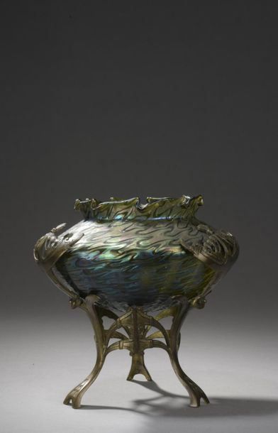 LOETZ (attribué à)  Vase conique enchâssé...