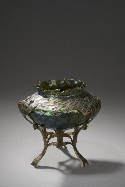 LOETZ (attribué à)  Vase conique enchâssé dans une monture en  laiton ciselé à décor...