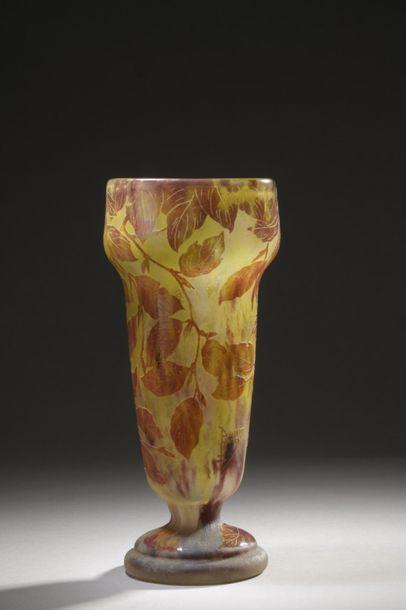 DAUM  Vase cornet à partie haute carrée sur...