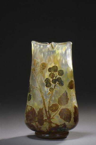 DAUM  Vase à corps ovoïde aplati, col à quatre...