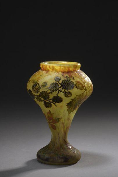 DAUM  Vase conique à corps légèrement cabossé...