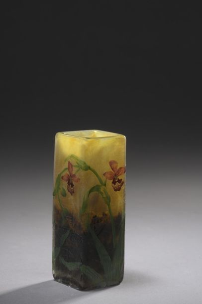 DAUM  Vase quadrangulaire. Épreuve en verre...