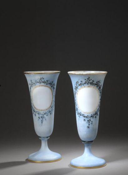 Paire de vases à cornet en verre opalin émaillé...