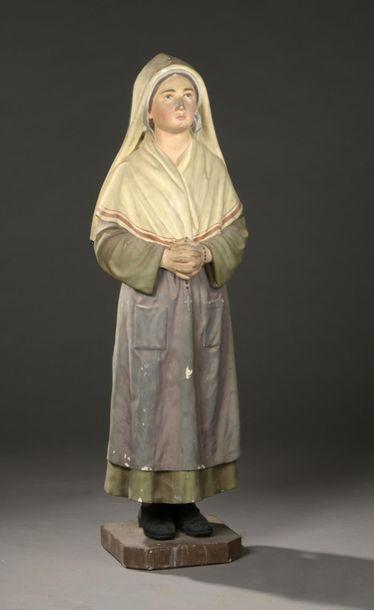 École française vers 1900  Sainte Bernadette  Statue en plâtre polychrome.  H. 106...
