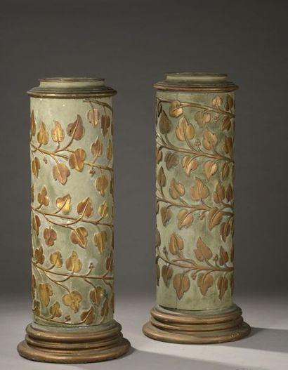 Paire de colonnes en bois sculpté en léger...